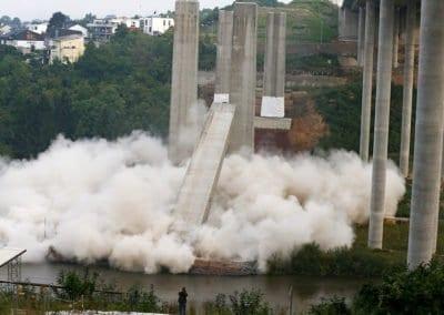 Sprengung der alten Brückenpfeiler