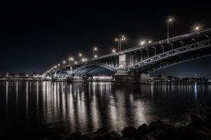 Wiesbaden, Theodor-Heuss-Brücke mit Blick auf das Mainzer Rheinufer